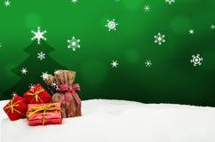 Weihnachtshintergrund - Weihnachtsbaum - Geschenke - Grün - Schnee Stockfotografie