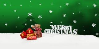 Weihnachtshintergrund - Weihnachtsbaum - Geschenke - Grün - Schnee Stockfoto