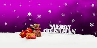 Weihnachtshintergrund - Weihnachtsbaum - Geschenke - Rosa - Schnee Stockfotografie