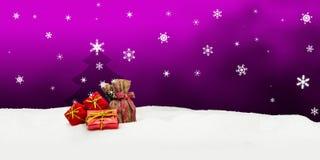 Weihnachtshintergrund - Weihnachtsbaum - Geschenke - Rosa - Schnee Stockbild
