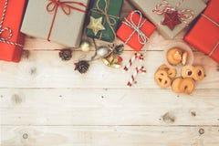 Weihnachtshintergrund - Weihnachtsgeschenkkasten und -plätzchen Stockfotos