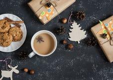 Weihnachtshintergrund - Weihnachtsselbst gemachte Geschenke, -dekorationen, -tee und -kekse Auf einem dunklen Hintergrund Draufsi lizenzfreie stockfotografie