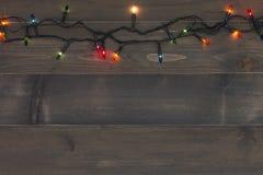 Weihnachtshintergrund - Weinlese planked Holz mit Lichtweihnachten Stockbilder