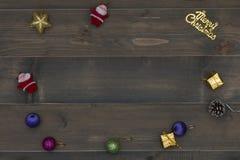 Weihnachtshintergrund - Weinlese planked Holz mit Weihnachtsdekoration Lizenzfreie Stockbilder
