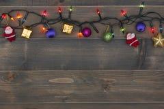 Weihnachtshintergrund - Weinlese planked Holz mit Weihnachtsdekoration Lizenzfreie Stockfotografie