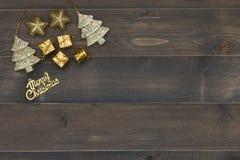 Weihnachtshintergrund - Weinlese planked Holz mit Weihnachtsdekoration Stockbild