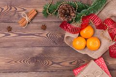 Weihnachtshintergrund - Weinleseholz, Zimt, Sternanis, Geschenke und Mandarinen, ein neues Jahr ` s Dekor Draufsicht, Leerstelle Lizenzfreie Stockfotos