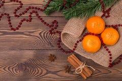 Weihnachtshintergrund - Weinleseholz, Zimt, Sternanis, süße Mandarinen, ein neues Jahr ` s Dekor Draufsicht, Leerstelle Lizenzfreie Stockbilder