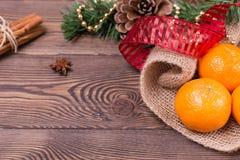 Weihnachtshintergrund - Weinleseholz, Zimt, Sternanis, süße Mandarinen, ein neues Jahr ` s Dekor Draufsicht, Leerstelle Stockfoto