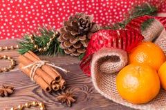 Weihnachtshintergrund - Weinleseholz, Zimt, Sternanis, süße Mandarinen, ein neues Jahr ` s Dekor Draufsicht, Leerstelle Lizenzfreies Stockfoto