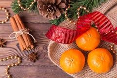 Weihnachtshintergrund - Weinleseholz, Zimt, Sternanis, süße Mandarinen, ein neues Jahr ` s Dekor Draufsicht, Leerstelle Stockbild