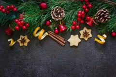 Weihnachtshintergrundgrenze von Tannenzweigen und Weihnachtsspielwaren und -gewürze Draufsicht mit Kopienraum Stockfotos