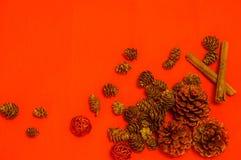 Weihnachtshintergrundkegel und dekorative Bälle stockfotos