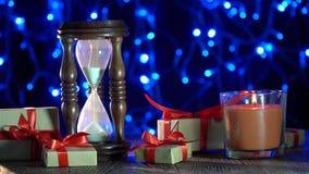 Weihnachtshintergrundkerzenbrenner-Uhrgeschenke, die Lichter glänzen Seine Zeit das beste Geschenk stock video