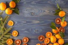 Weihnachtshintergrundrahmen mit Tangerinen, getrocknete Orangen Rusti Stockfotografie