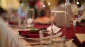 Weihnachtshochzeitsbankett-Hallen-Innendetails mit decorand Gedeck am Restaurant Wintersaisondekoration von stock video