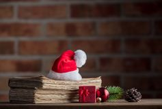 Weihnachtshut mit Dekoration und alten Büchern Stockbilder