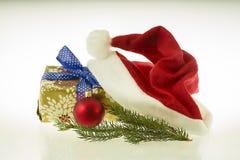 Weihnachtshut mit einem Geschenk mit einem Weihnachtsverzierungs- und Weihnachtsbaumzweig Lizenzfreies Stockbild
