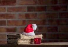Weihnachtshut und alte Bücher Stockfotografie