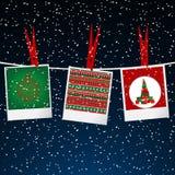 Weihnachtsillustration mit Fotorahmen mit Klammern über schneiendem s Lizenzfreies Stockfoto