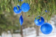 Weihnachtsim freien blaue strukturierte Flitterverzierungen Lizenzfreie Stockbilder