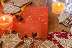 Weihnachtsingwerplätzchen mit weißer Zuckerglasur Lizenzfreies Stockfoto