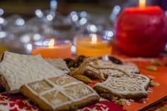 Weihnachtsingwerplätzchen mit weißer Zuckerglasur Stockbilder