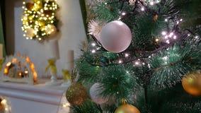 Weihnachtsinnenbaum und neues Jahr spielt Blinklichter und Kamin Lizenzfreie Stockfotos