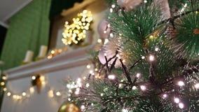 Weihnachtsinnenbaum und neues Jahr spielt Blinklichter und Raumkamin Lizenzfreie Stockfotografie