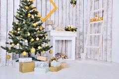 Weihnachtsinnenraum im Weiß stockbild