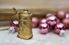 Weihnachtsinnenraum mit einem kleinen kupfernen Bierkrug lizenzfreies stockfoto