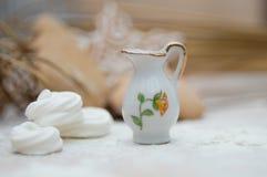 Weihnachtsinnenraum mit einem Porzellankrug und Saisonbonbons lizenzfreie stockfotografie