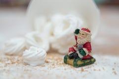 Weihnachtsinnenraum mit einer kleinen Santa Claus-Figürchen und -meringe schellt lizenzfreies stockbild