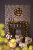 Weihnachtsinnenraum mit Kamin Lizenzfreie Stockbilder