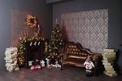 Weihnachtsinnenraum mit Kamin Lizenzfreies Stockfoto