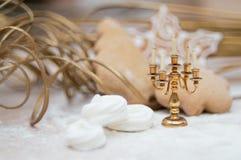 Weihnachtsinnenraum mit Kerzenhalter und -meringe schellt lizenzfreies stockbild