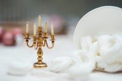 Weihnachtsinnenraum mit Kerzenhalter und -meringe schellt lizenzfreie stockfotografie