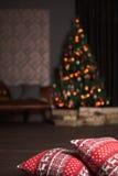 Weihnachtsinnenraum mit Kissen Stockfotos