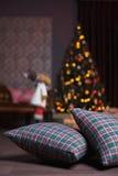 Weihnachtsinnenraum mit Kissen und Rotwild Lizenzfreie Stockfotografie