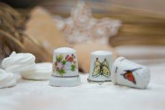 Weihnachtsinnenraum mit Meringeringen und Porzellanmuffen lizenzfreie stockbilder