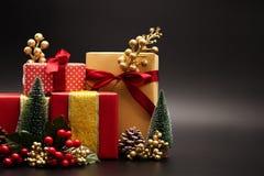 Weihnachtsjahreszeithintergrund und guten Rutsch ins Neue Jahr-Geschenkbox auf schwarzem Hintergrund stockfotos