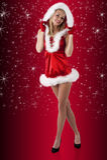 Weihnachtsjunge Frau gekleidet im Rot Stockfoto