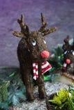 Weihnachtsjunge nette glückliche traditionelle dekorative Rotwild spielen stockbilder
