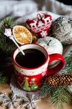 Weihnachtskaffee mit Weihnachtsspielwaren Lizenzfreies Stockfoto