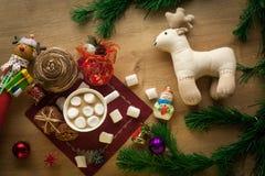 Weihnachtskakao mit Eibisch und selbst gemachten Plätzchen lizenzfreie stockfotografie