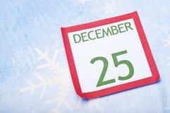 Weihnachtskalender-Seite auf Schneeflocke-Hintergrund Lizenzfreies Stockbild