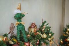 Weihnachtskamin mit Dekor Stockfotos