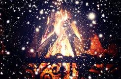 Weihnachtskamin - Weihnachtszusammensetzung mit dem fallenden Schnee Lizenzfreies Stockbild