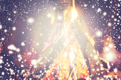 Weihnachtskamin - Weihnachtszusammensetzung mit dem fallenden Schnee Stockfoto