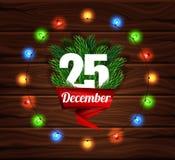Weihnachtskarte auf einem Hintergrund von dunklen hölzernen Planken Zeichen der frohen Weihnachten Realistische Tannenzweige Lins Lizenzfreies Stockfoto